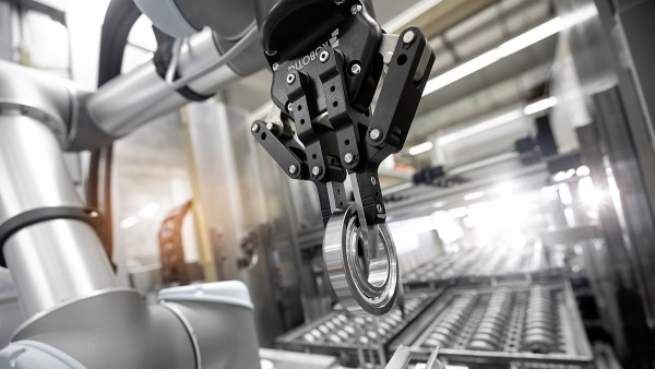 Cost-effective process equipping by means of a collaborative robot