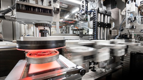 Outstandingly high levels of dynamics thanks to a directly driven workpiece carrier transfer system
